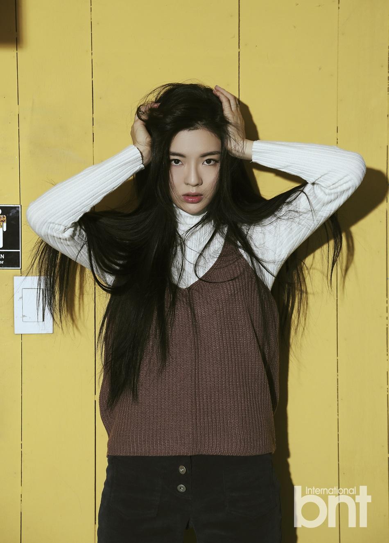 演员李善彬拍写真 黑长卷发尽显女神魅力